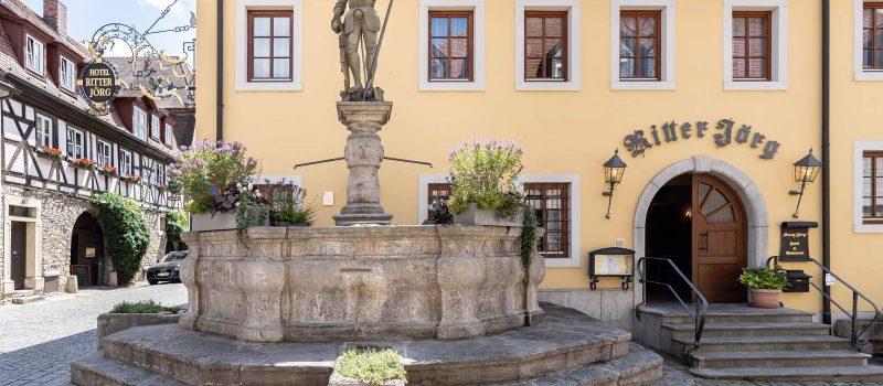 Ritter Jörg Außenansicht mit Statue (2)